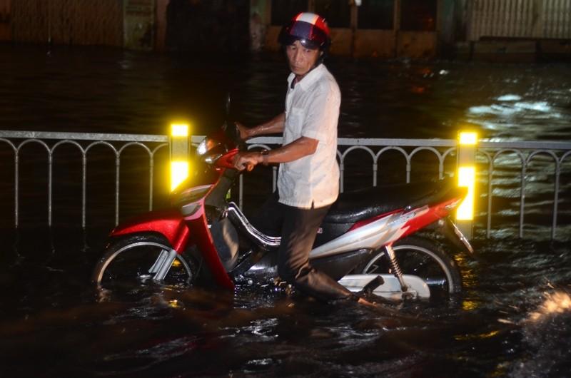 Sài Gòn lại ngập nặng sau cơn mưa lớn - ảnh 7