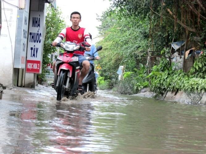 Đường Kha Vạn Cân TP.HCM không cần mưa vẫn ngập - ảnh 4