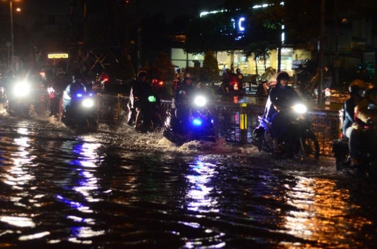 Sài Gòn lại ngập nặng sau cơn mưa lớn - ảnh 6