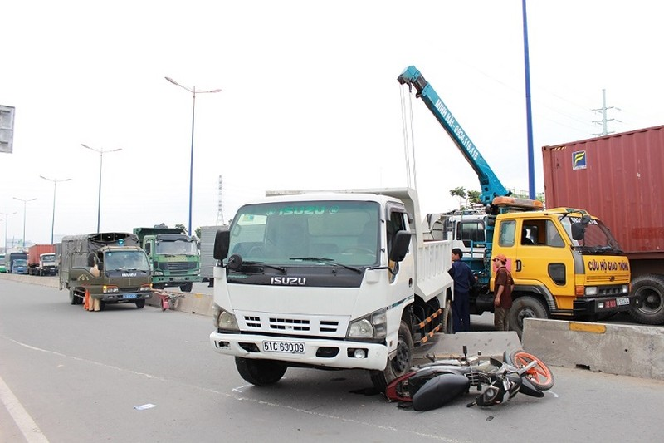 Xe tải mất lái tông đuôi xe hơi rồi 'càn' qua làn xe máy - ảnh 1