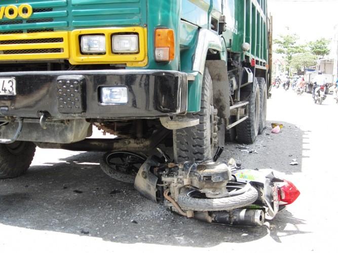Một phụ nữ bị xe rác cán đứt lìa cánh tay - ảnh 1