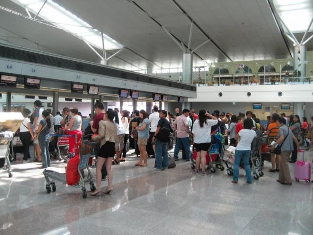Hàng chục chuyến bay bị hủy do bão số 3 - ảnh 1