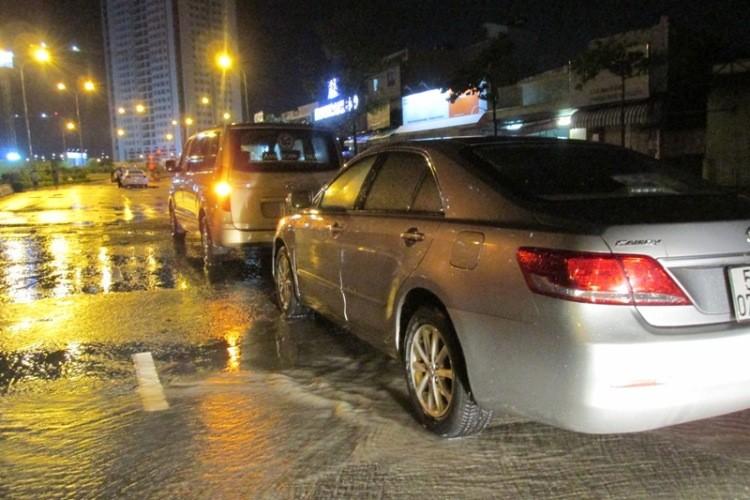 Sài Gòn ngập nặng, ô tô chết máy, hàng loạt xe cứu hộ quá tải - ảnh 2