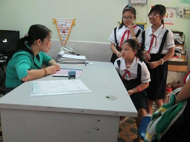 Trường không giới thiệu nơi đăng ký khám chữa bệnh ban đầu cho HS - ảnh 1
