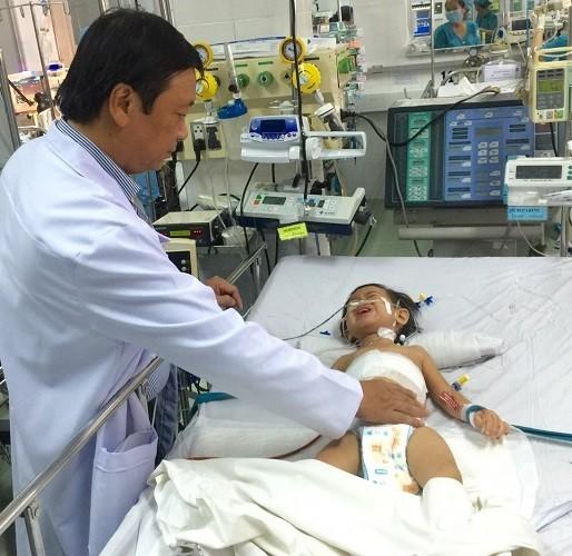 Cắt khối u 1,3 kg trong gan bé gái 2 tuổi - ảnh 1