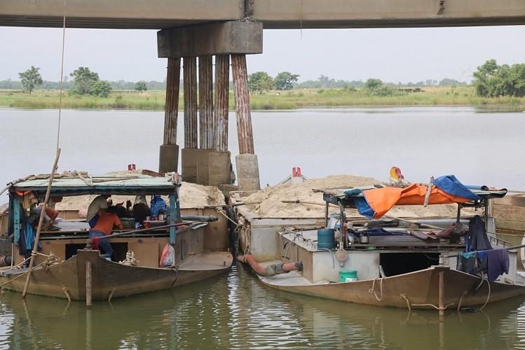 Tóm gọn 15 ghe hút cát trái phép lộng hành trên sông Thu Bồn - ảnh 1