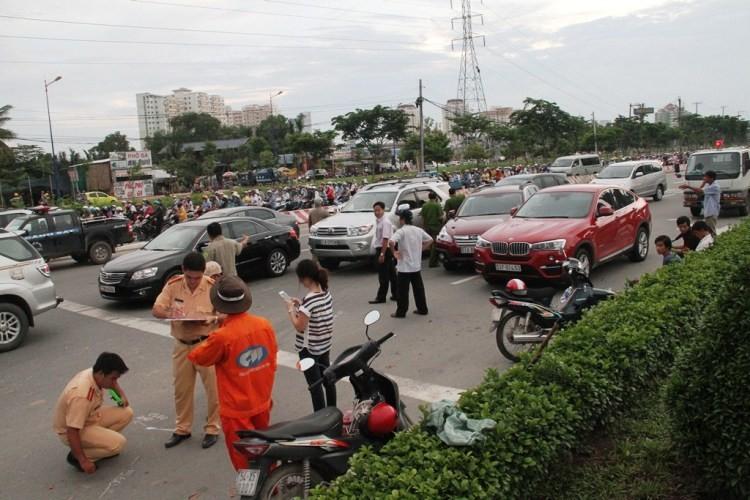 3 'xế hộp' hạng sang bị xe ben húc móp trên xa lộ Hà Nội - ảnh 3