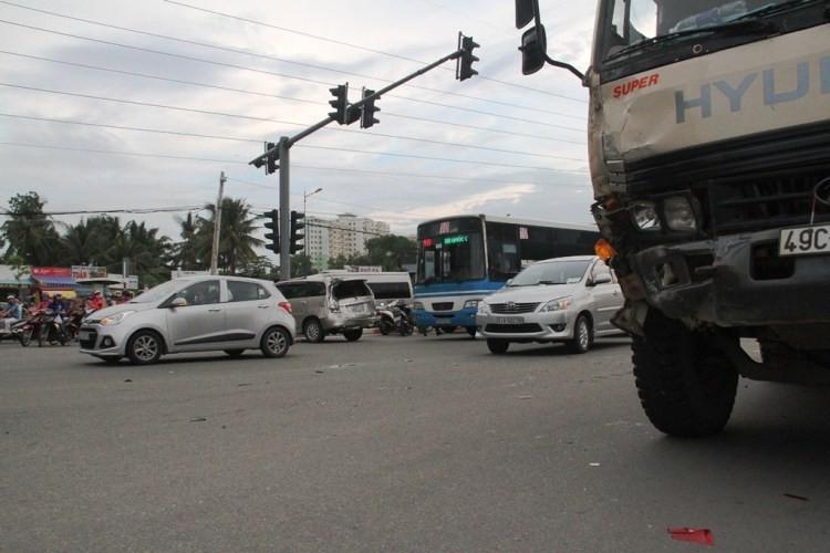 3 'xế hộp' hạng sang bị xe ben húc móp trên xa lộ Hà Nội - ảnh 1
