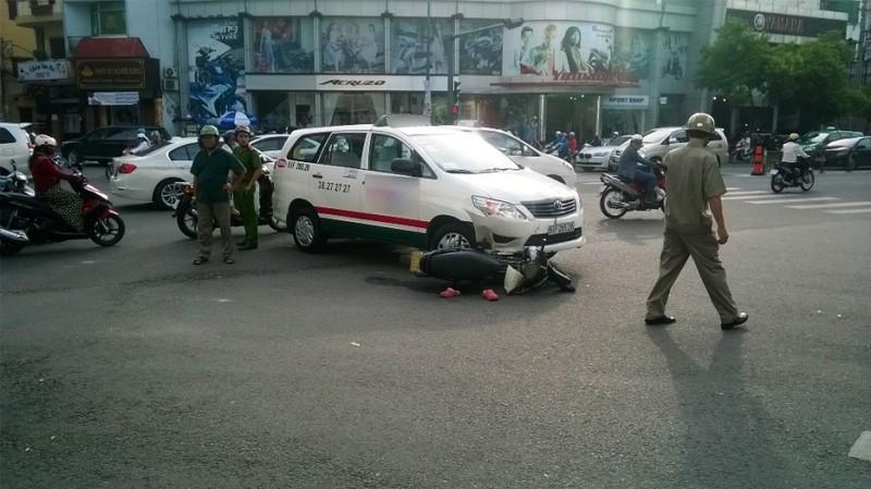 Taxi vượt đèn đỏ tông người bất tỉnh - ảnh 1