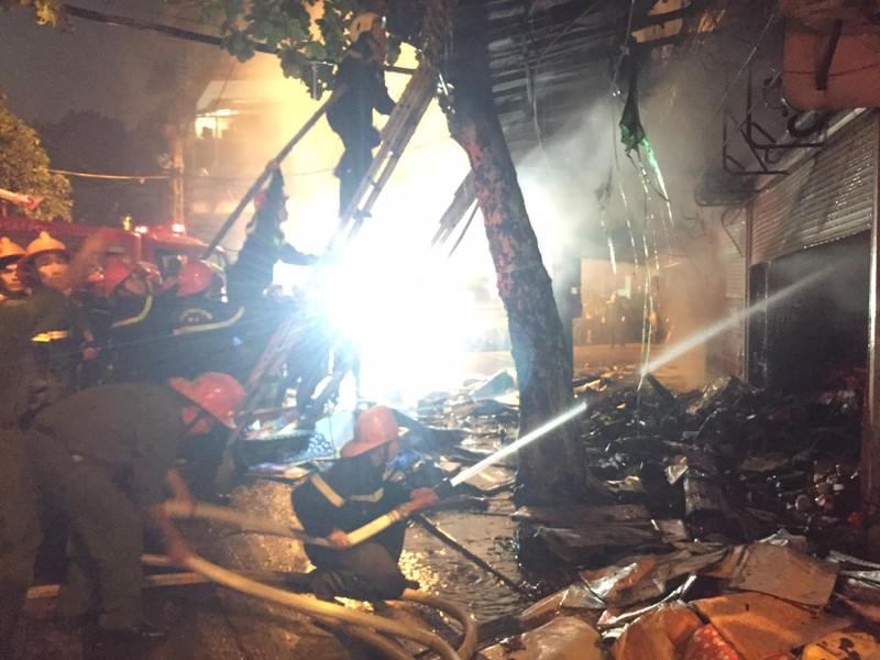 Cháy lớn cửa hàng bán đồ lưu niệm trong phố cổ Hà Nội - ảnh 1