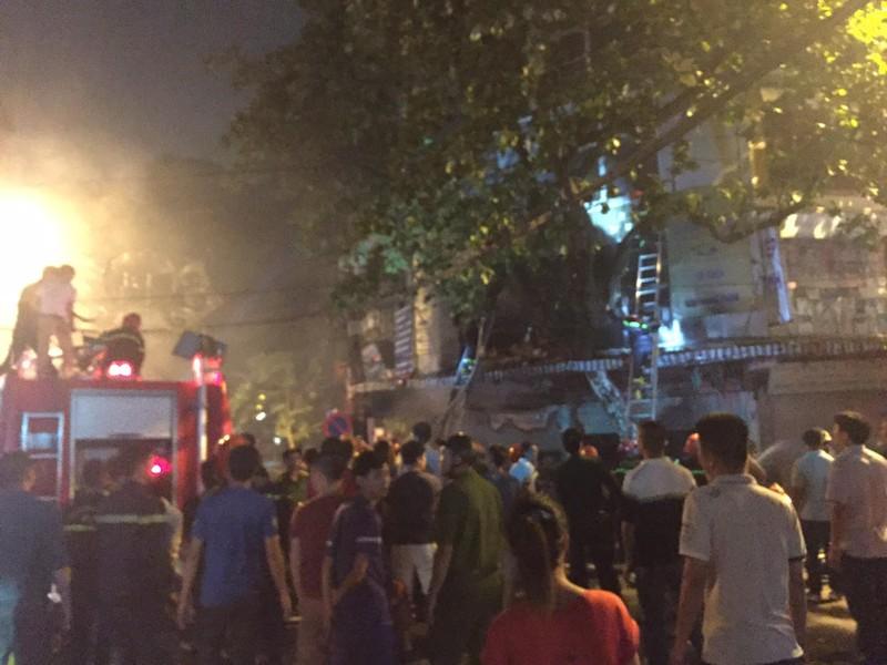 Cháy lớn cửa hàng bán đồ lưu niệm trong phố cổ Hà Nội - ảnh 3