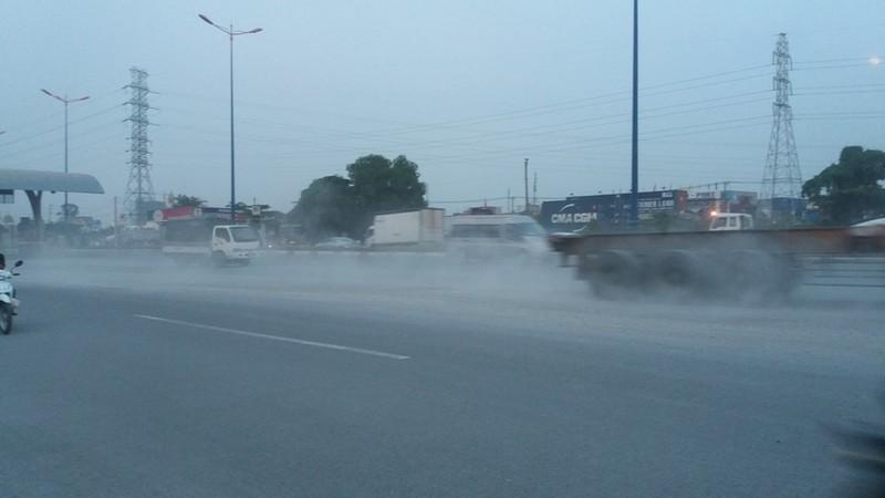 Bụi mù bất thường trên xa lộ Hà Nội - ảnh 1