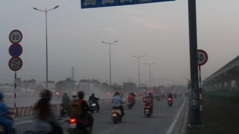 Bụi mù bất thường trên xa lộ Hà Nội - ảnh 6
