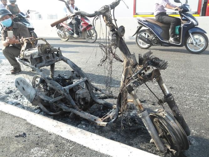 Xe máy cháy ngùn ngụt giữa cầu Sài Gòn - ảnh 2