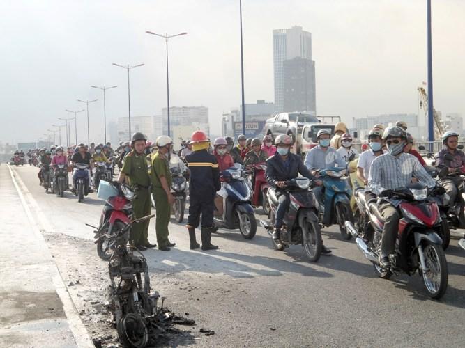 Xe máy cháy ngùn ngụt giữa cầu Sài Gòn - ảnh 3