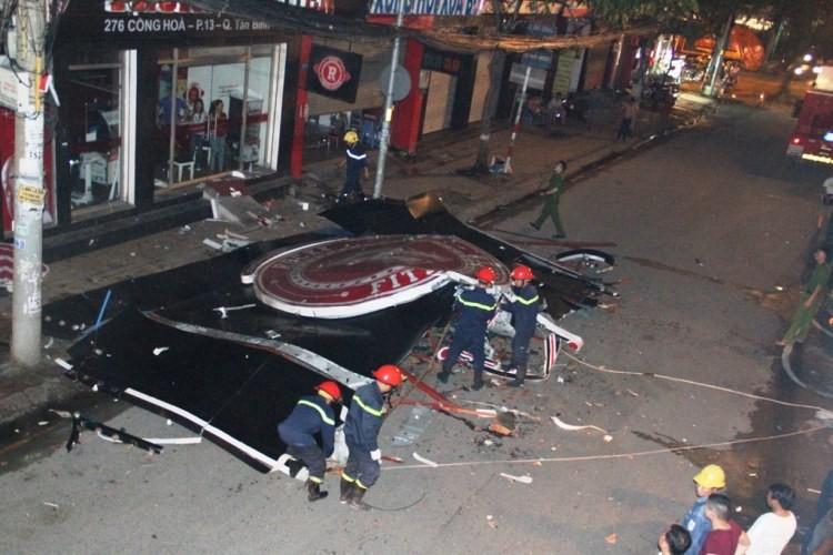Bảng hiệu 'khủng' đổ sập sau mưa, hàng trăm cảnh sát ứng cứu trong đêm - ảnh 1