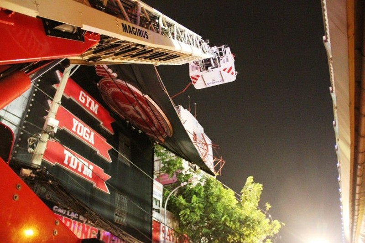 Bảng hiệu 'khủng' đổ sập sau mưa, hàng trăm cảnh sát ứng cứu trong đêm - ảnh 2