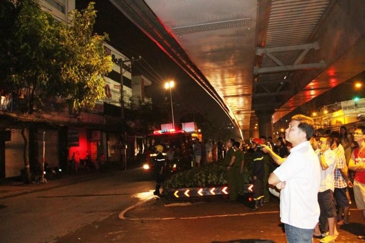 Bảng hiệu 'khủng' đổ sập sau mưa, hàng trăm cảnh sát ứng cứu trong đêm - ảnh 7
