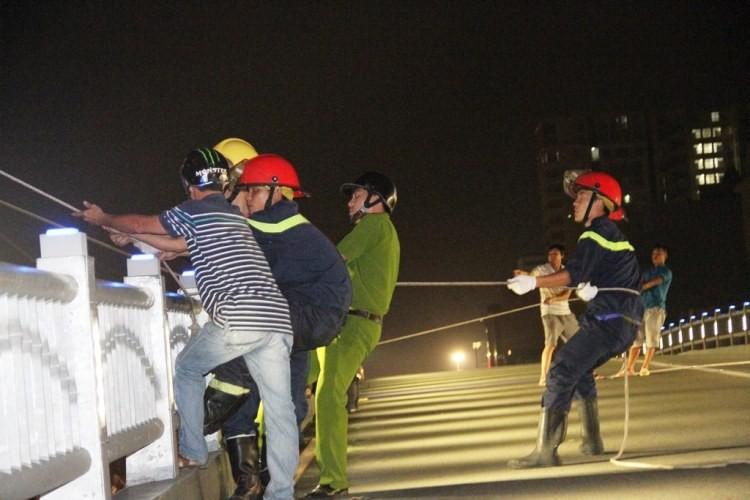 Bảng hiệu 'khủng' đổ sập sau mưa, hàng trăm cảnh sát ứng cứu trong đêm - ảnh 4