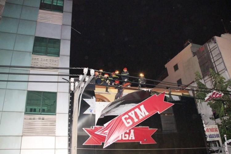 Bảng hiệu 'khủng' đổ sập sau mưa, hàng trăm cảnh sát ứng cứu trong đêm - ảnh 6
