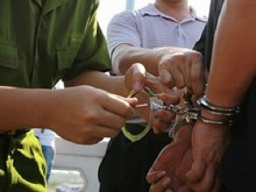 Người bị giam giữ vi phạm kỷ luật vẫn bị cùm chân - ảnh 1