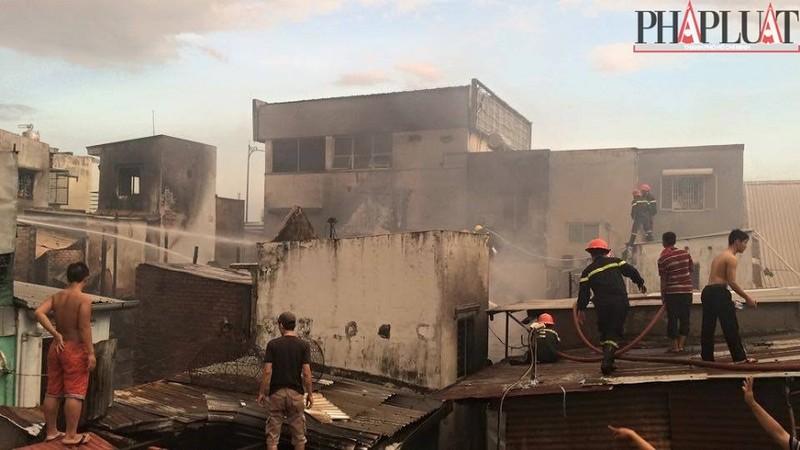 Cháy dữ dội hàng loạt căn nhà giữa trung tâm Sài Gòn - ảnh 1