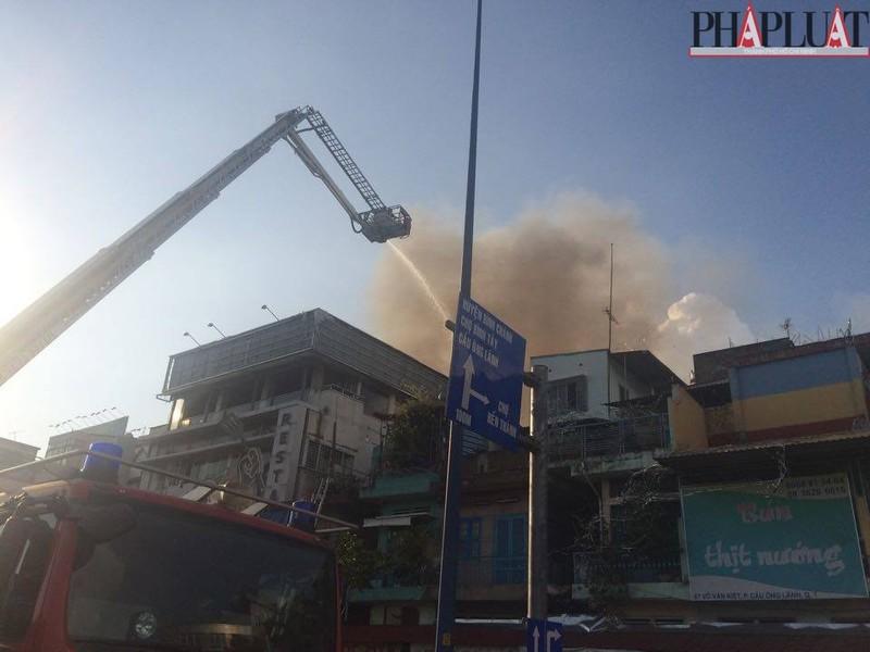 Cháy dữ dội hàng loạt căn nhà giữa trung tâm Sài Gòn - ảnh 2
