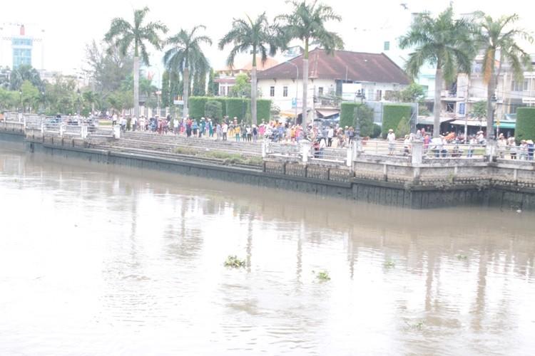 Đang đập bỏ cầu Đúc, nam công nhân rơi xuống sông mất tích - ảnh 2
