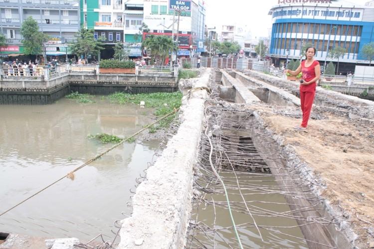 Đang đập bỏ cầu Đúc, nam công nhân rơi xuống sông mất tích - ảnh 1
