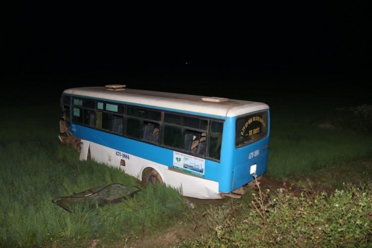 Xe tải tông xe buýt bay xuống ruộng, 2 người trọng thương - ảnh 2