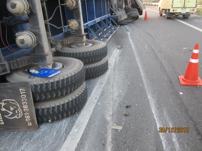 Xe container húc bể dải phân cách trên cao tốc Trung Lương - ảnh 2