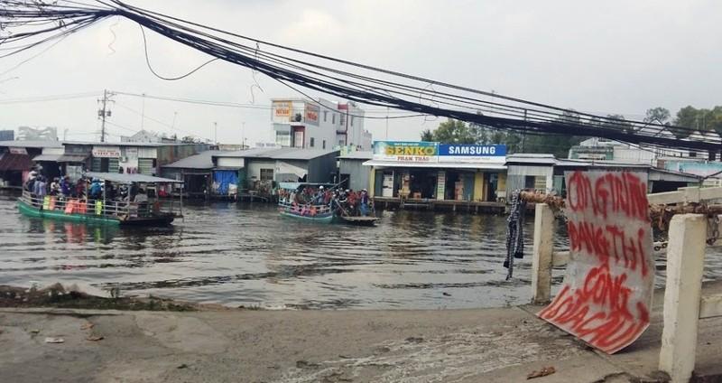 Thị trấn bị 'cô lập' vì làm cầu, đường cấp tập - ảnh 1