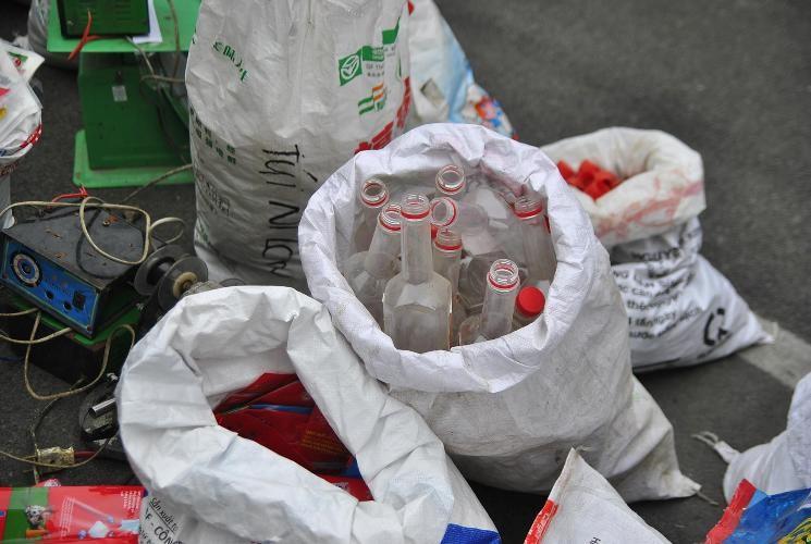 Bắt khẩn cấp đối tượng sản xuất bọt ngọt, bột giặt giả - ảnh 2