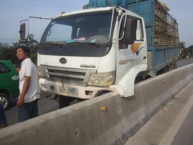 Va chạm, xe tải lao xuống ruộng tông đổ hai cột điện - ảnh 1