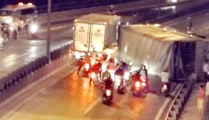 Xe tải chở gỗ tuột dốc cầu Mỹ Thuận, tài xế tử vong - ảnh 1