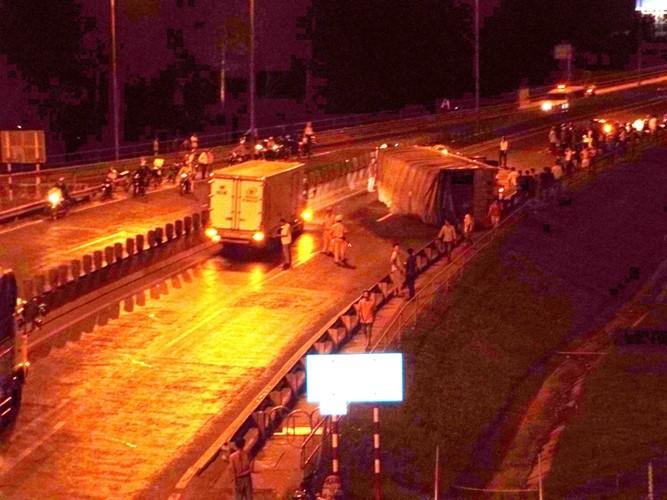 Xe tải chở gỗ tuột dốc cầu Mỹ Thuận, tài xế tử vong - ảnh 2