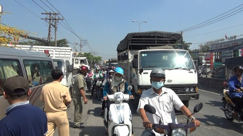Hàng chục người dân nâng xe ba gác, giải cứu người phụ nữ  - ảnh 1
