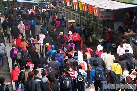 Mặc dù chưa phải chính hội nhưng hàng nghìn du khách khắp nơi đổ về chùa Hương trong những ngày đầu năm.
