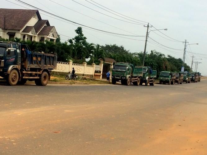 Dân mang thùng bia, bàn ghế chặn xe chở đất gây bụi - ảnh 1