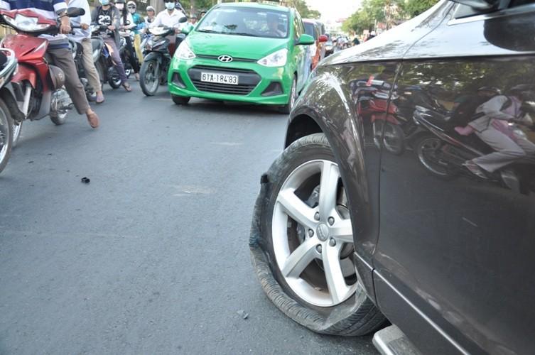 Audi bạc tỉ 'ôm' trọn dải phân cách ở quận Gò Vấp - ảnh 2