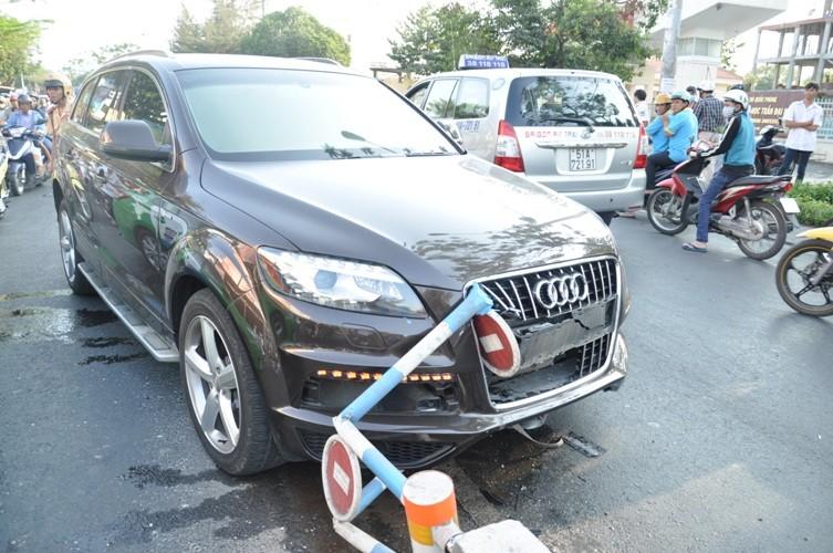 Audi bạc tỉ 'ôm' trọn dải phân cách ở quận Gò Vấp - ảnh 3