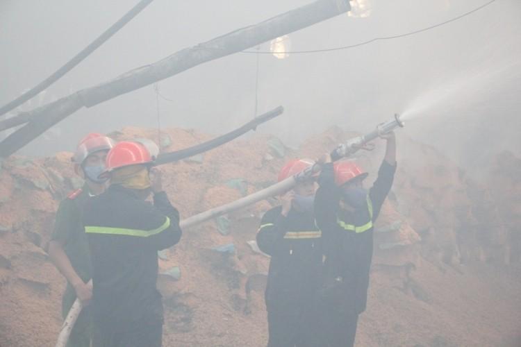 Lửa bao trùm xưởng gỗ, hàng trăm công nhân tháo chạy - ảnh 4