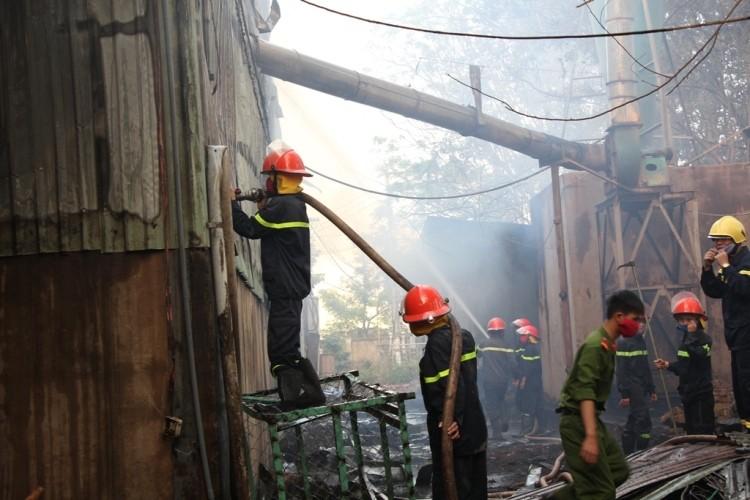 Lửa bao trùm xưởng gỗ, hàng trăm công nhân tháo chạy - ảnh 2