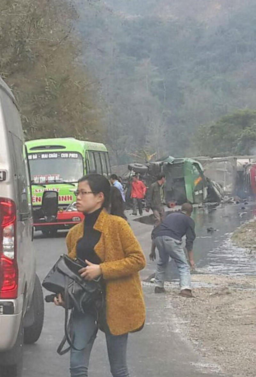Ô tô khách va xe chở nhựa đường, lửa cháy ngùn ngụt  - ảnh 3