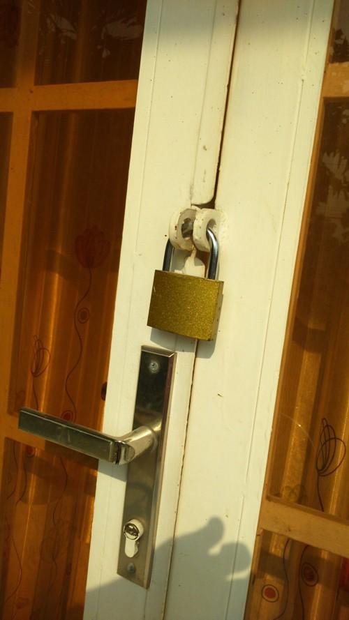 Truy tìm người khóa cửa, tưới xăng vào nhà chủ tiệm cầm đồ - ảnh 1
