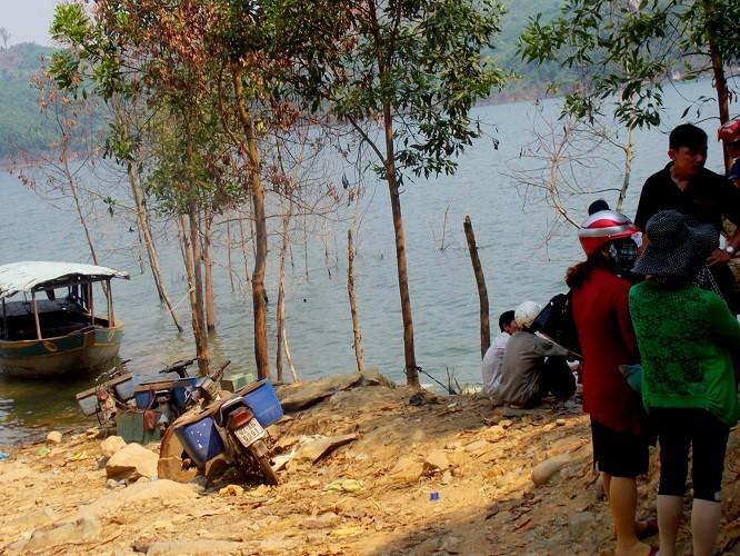Lật ghe trên hồ thủy điện, đôi vợ chồng chết đuối - ảnh 1