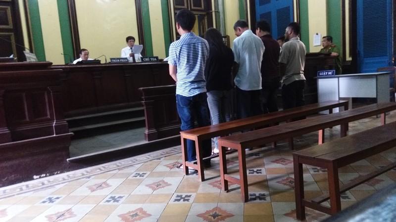Tòa vận dụng luật mới miễn trách nhiệm hình sự cho 5 bị cáo - ảnh 1
