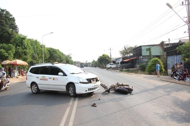 Taxi bất ngờ quay đầu khiến hai người trên xe máy thương vong - ảnh 2
