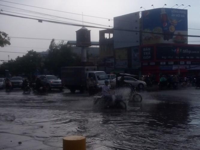 Mưa lớn kéo dài hơn 1 tiếng ở Biên Hòa - ảnh 2