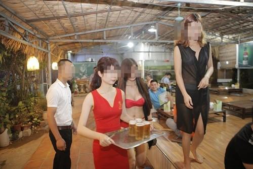 Sẽ rút phép nếu nhà hàng có nhân viên mặc bikini không nộp phạt - ảnh 1